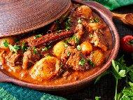 Зеленчуков гювеч с крехко телешко месо, картофи, моркови, патладжани, грах и бамя на фурна